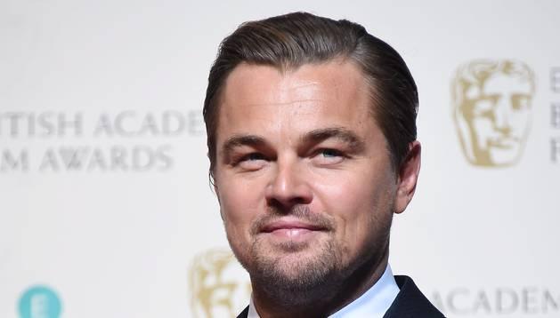 Leonardo DiCaprio posa con el Bafta a mejor actor.