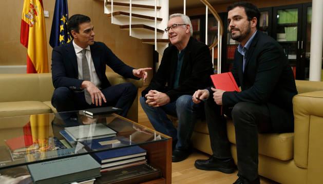 Pedro Sánchez, durante una reunión con Cayo Lara y Alberto Garzón.