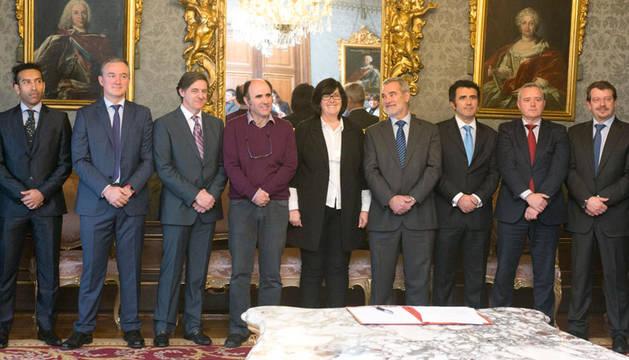 El vicepresidente Ayerdi y la directora general de Sodena, con representantes de las empresas patrocinadoras