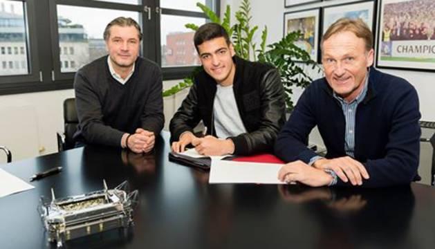 Mikel Merino, junto al exjugador y director deportivo del Borussia Dortmund Michael Zorc.