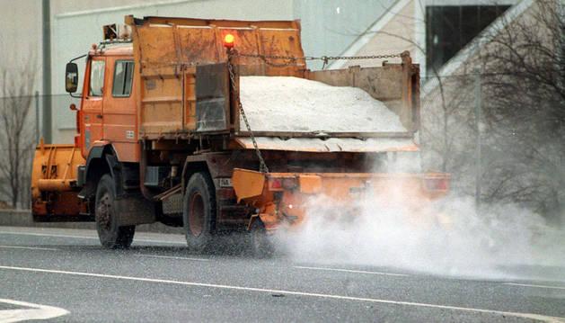 Camión de sal ante la previsión de heladas.