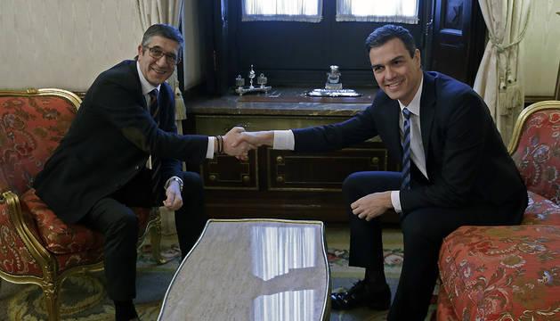 El presidente del Congreso, Patxi López (i), ha recibido al secretario general del PSOE, Pedro Sánchez.