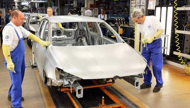 Operarios del área de chapistería trabajan con el mascarón del actual Volkswagen Polo.