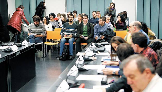 Al fondo, padres de alumnos del colegio público de Noáin, en el pleno municipal del pasado martes.