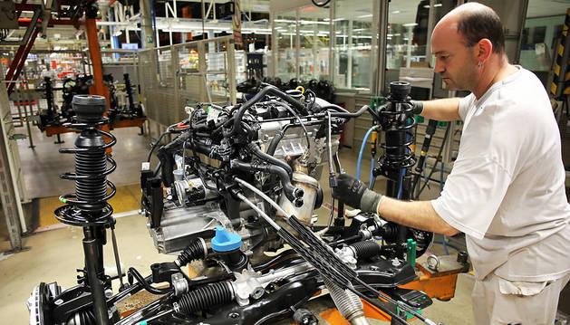 Trabajos en el taller de motores de VW-Navarra.