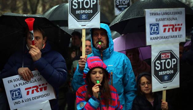 Trabajadores de TRW y sus familias en una concentración.