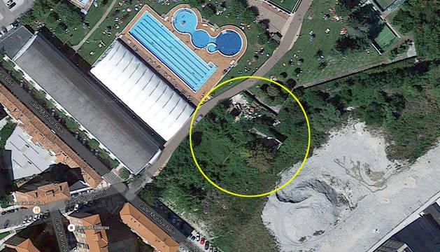 El asentamiento está situado detrás del Club de Tenis.