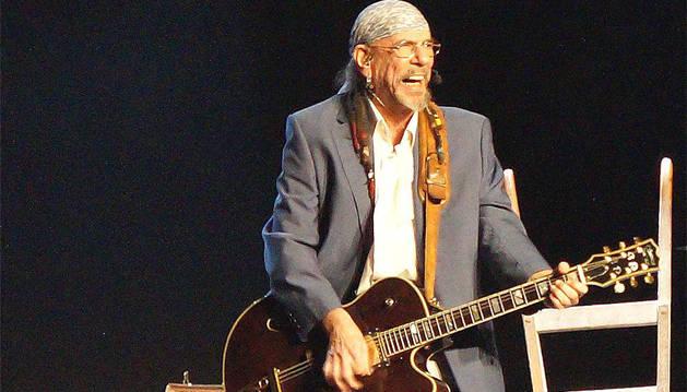 Enrique Villarreal 'El Drogas', durante su actuación en Valtierra.