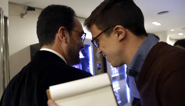 Hernando (PSOE) y Errejón (Podemos) se cruzan en el Congreso.