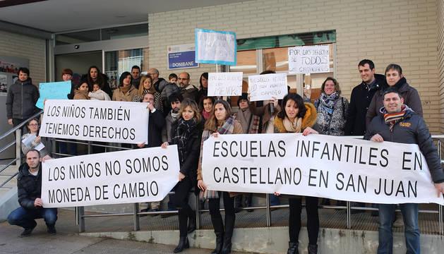 Varios padres protestan frente a la escuela Donibane.