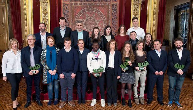 Barkos y el resto de autoridades, junto con los deportistas premiados.