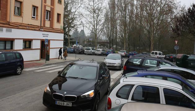 Muchos coches aparcan en doble fila en una calle sin salida.