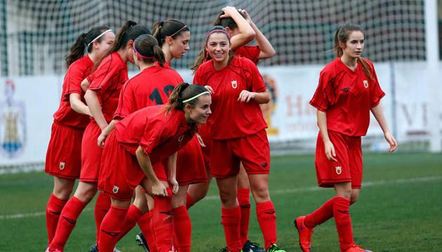 Jugadoras de la selección navarra femenina sub'18 celebran un gol.