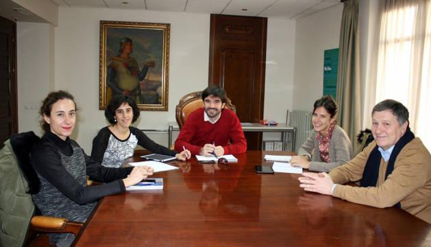 De izda. a dcha.: Patricia Ruiz de Irizar, Marisa Marqués, Eneko Larrarte, Laura Irurzun y Miguel Echeverz.