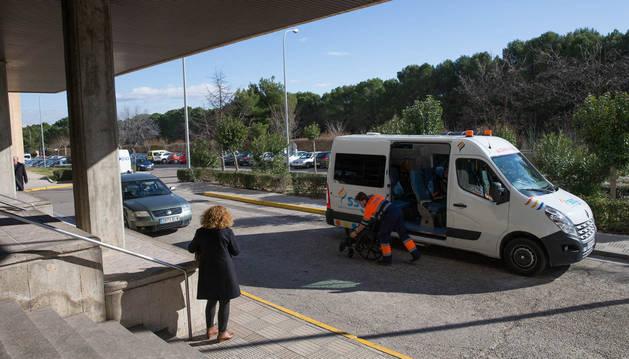 Una ambulancia se prepara para trasladar a un enfermo en la puerta del hospital Reina Sofía de Tudela.