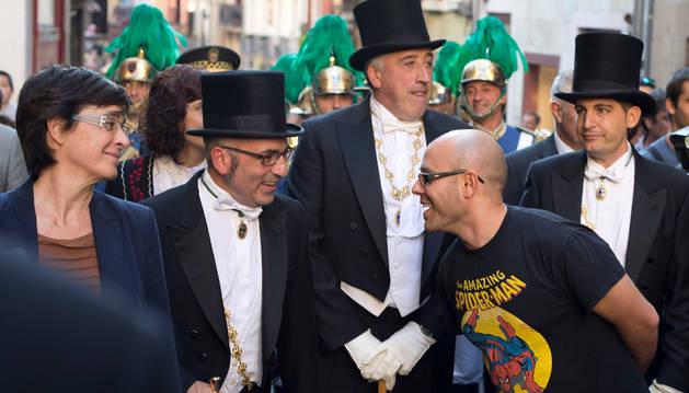 Armando Cuenca (d), concejal de Aranzadi, con la camiseta de Spiderman, en el Privilegio de la Unión.