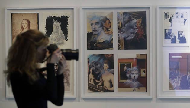 Una visitante fotografía una de las obras de la exposición.