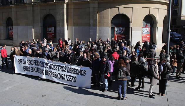 Protesta de los sindicatos frente al Palacio de Navarra.