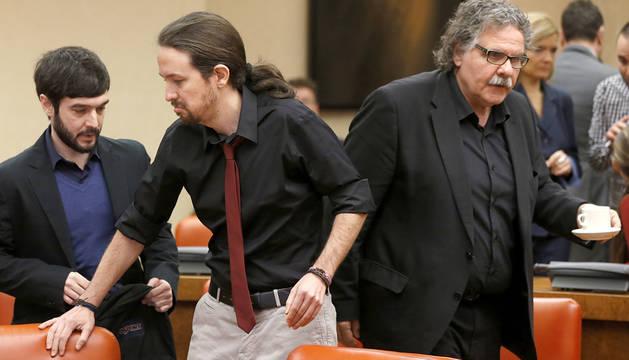 Los diputados de Podemos Pablo Bustinduy (i) y Pablo Iglesias Iglesias (c) y el de ERC JoanTarda.