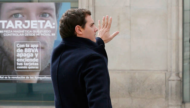 El líder de Ciudadanos para a un taxi a la salida del Congreso de los Diputados.