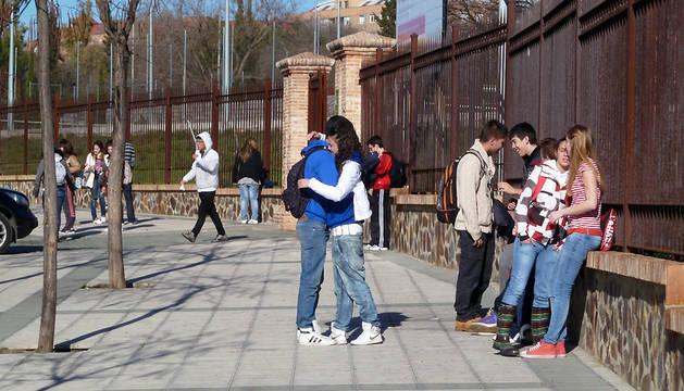 Adolescentes a la salida de un instituto.