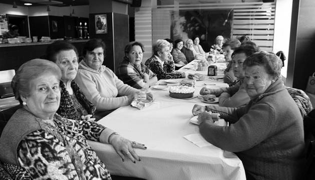 Las riojanas afincadas en Cintruénigo disfrutaron de la típica merienda de Jueves Lardero.