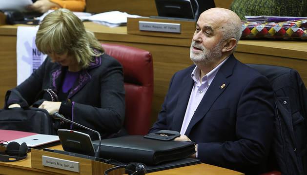 El consejero Mendoza, este jueves en el Pleno del Parlamento.