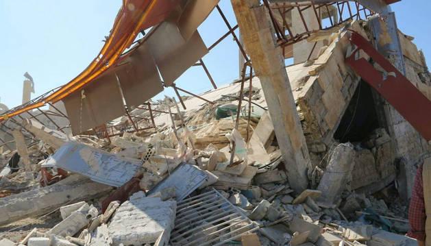 Fotografía facilitada por MSF que muestra los escombros de un hospital de la organización en Ma'arat.