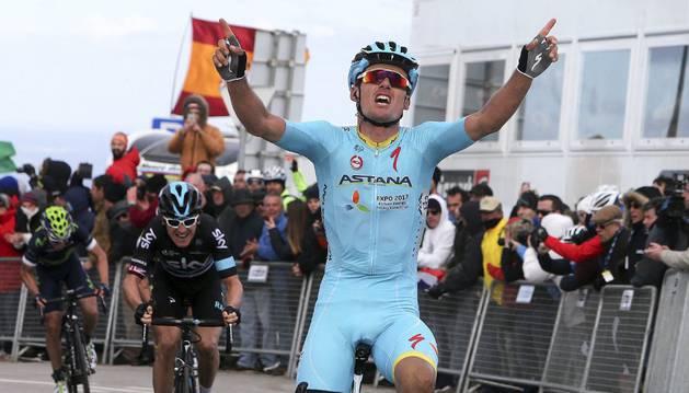 Luis León celebra su victoria de etapa.