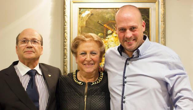 Virgilio Martínez Sanz y María Pilar Gómez Pérez, con su hijo Virgilio, actual responsable del restaurante.