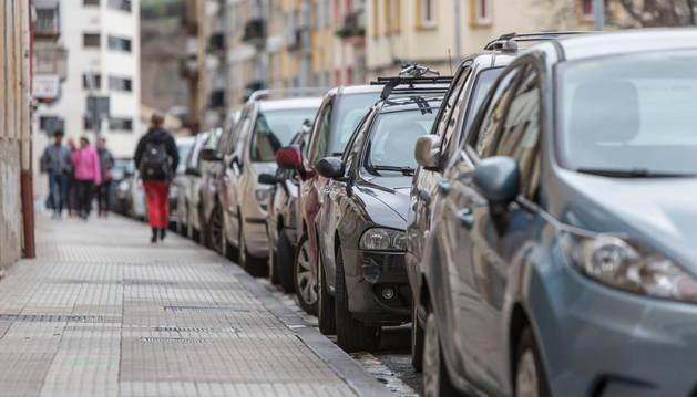 Coches aparcados en la calle Hilarión Eslava de Burlada.