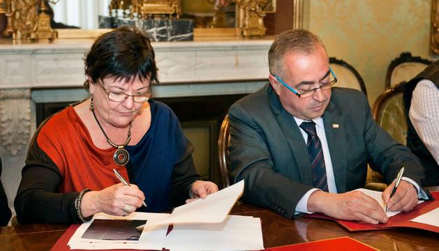 La consejera Mª José Beaumont y Pedro Herrero firman el convenio de colaboración.
