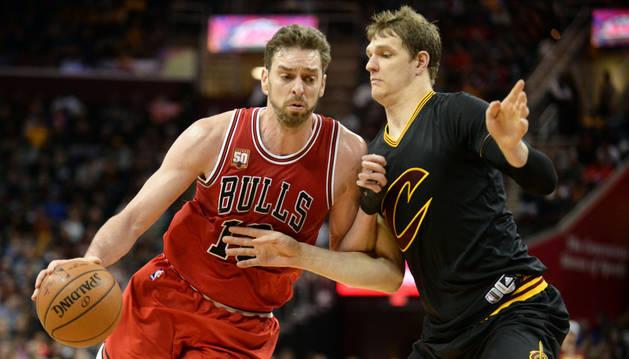 El pívot español Pau Gasol y Timofey Mozgov, de los Cleveland Cavaliers.