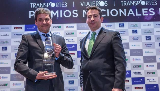 El Director de AETRAM, Juan Manuel Muro, entregó el premio a Efrén Rodríguez, director comercial de Integralia.