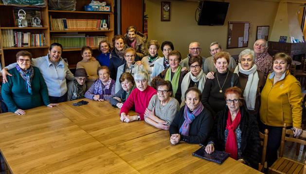 Usuarios de la jubiloteca, en su encuentro del pasado martes con Abárzuza como escenario de este nuevo servicio.