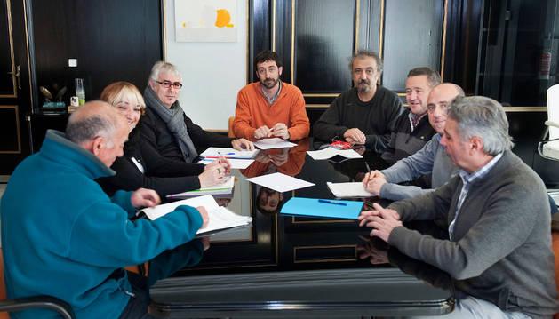 Álvaro Baraibar con las personas participantes en la comisión de trabajo de la memoria histórica.