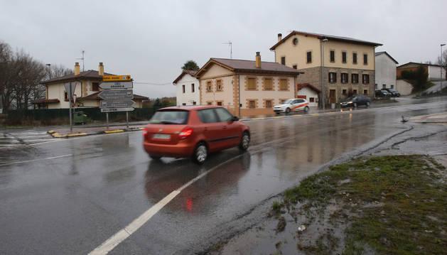 Un coche sale de la rotonda que regula el cruce entre la  travesía de Orkoien y la ronda de Pamplona.