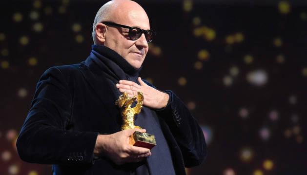 Gianfranco Rosi recibe el Oso de Oro de la Berlinale.