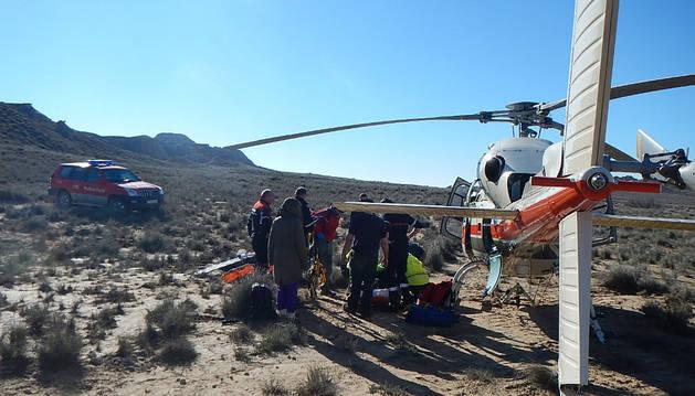 La víctima es conducida al helicóptero.