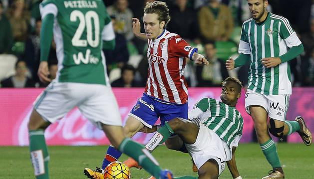 El defensa Jorge Meré (2i), del Sporting, lucha el balón con el belga Charly Musonda, del Betis.