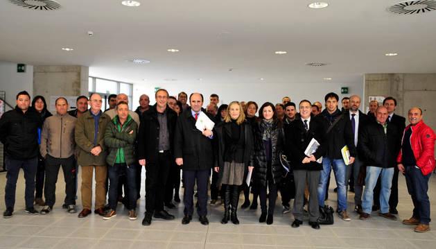 Empresarios y representantes municipales de la zona, con el vicepresidente Ayerdi, en Tafalla.