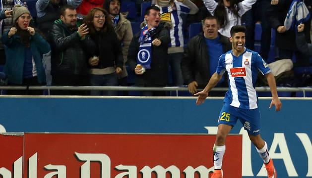 Marco Asensio celebra el único gol del partido.