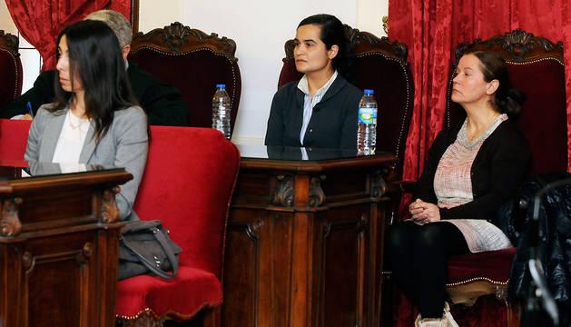 Las tres condenadas: Montserrat González (segunda derecha), su hija Triana Martínez (izda), y la agente Raquel Gago, en la primera fila.