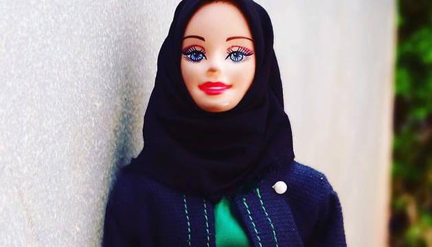 Una muñeca Hijarbie viste el velo islámico.