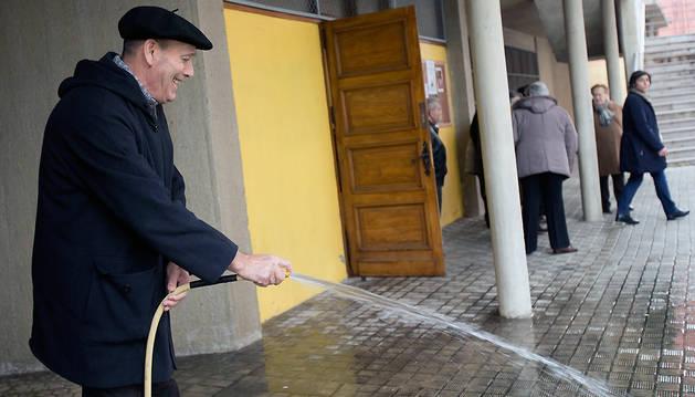 Vicente Montoya Ujué, el domingo, limpiando los porches de la parroquia de San Fermín.