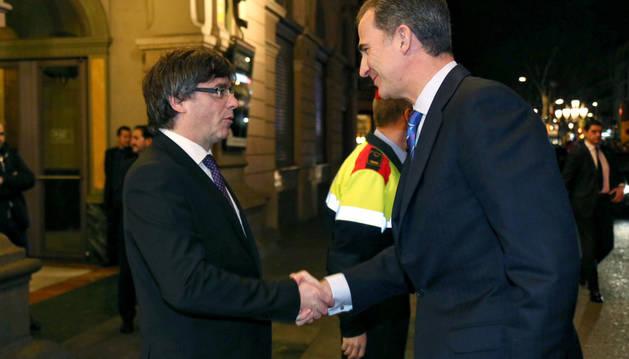 Carles Puigdemont (i) saluda al rey Felipe VI.