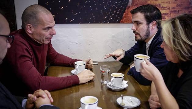 Alberto Garzón, durante la reunión que ha mantenido con el exministro griego de Finanzas Yanis Varoufakis.