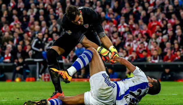 Iraizoz trata de levantar a Jonathas, autor del único gol del partido.