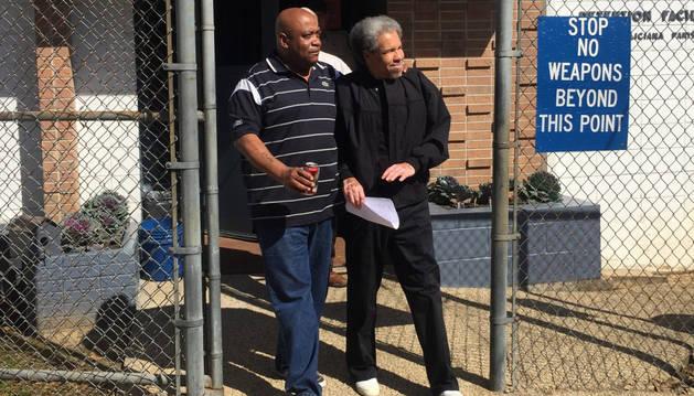 Albert Woodfox sale en libertad después de 43 años en régimen de aislamiento.