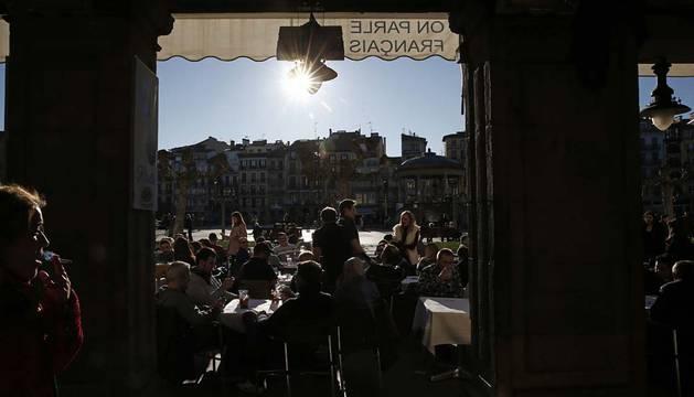Tiempo soleado en la Plaza del Castillo de Pamplona.